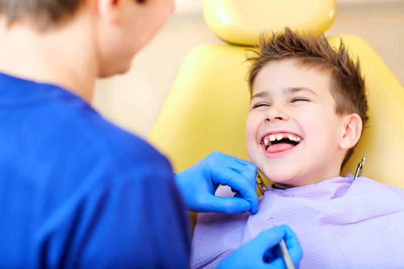 dentista guarda i denti di un bambino