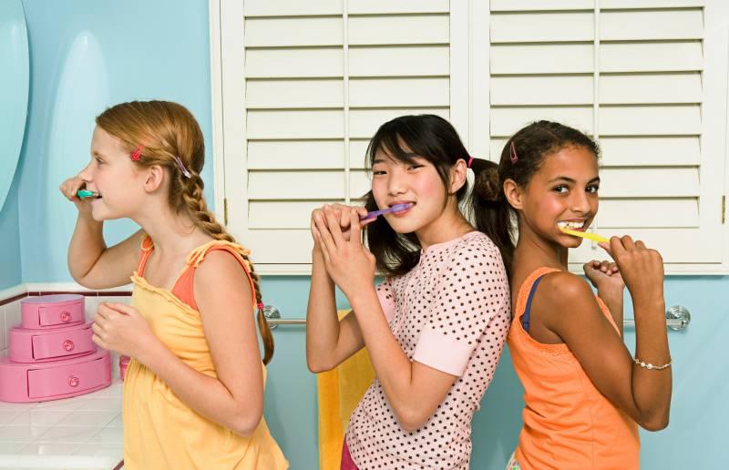 ragazzine si lavano i denti