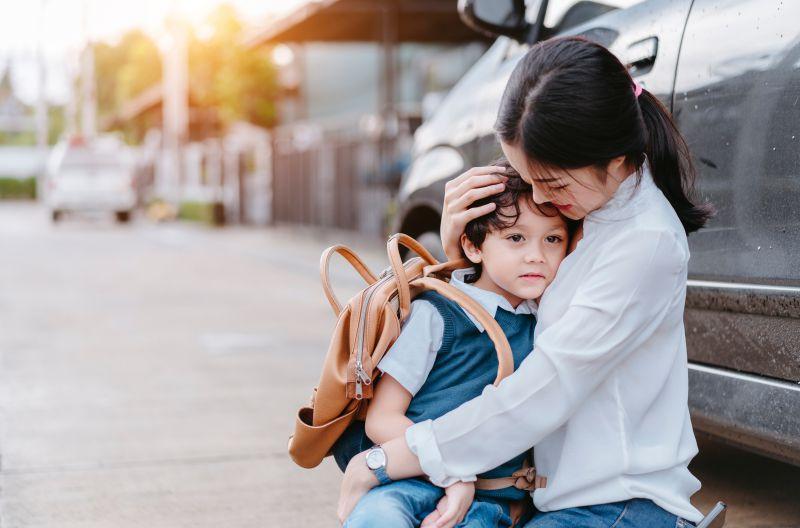 abbraccio tra mamma e bimbo prima dell'ingresso alla scuola dell'infanzia
