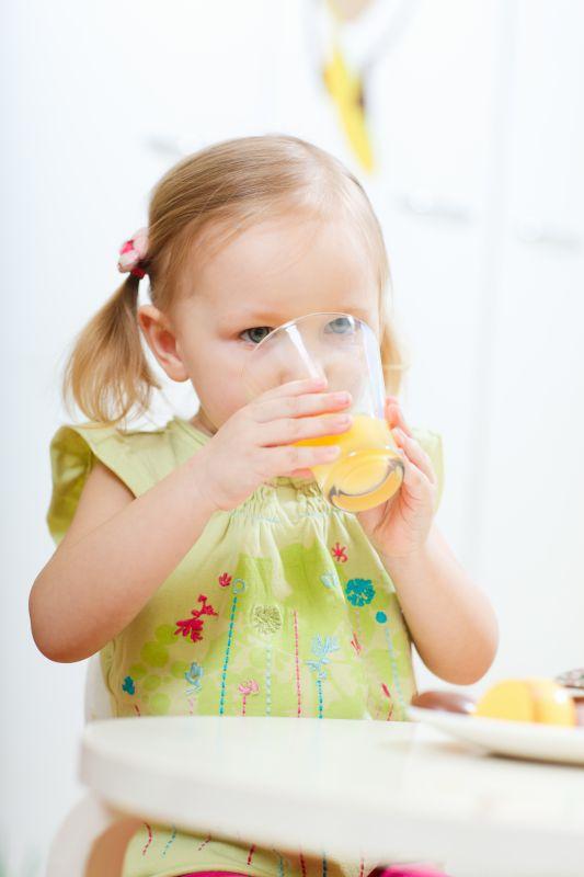 bambina che beve spremuta