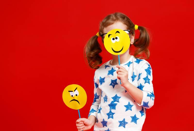 bambina con sagome emozioni