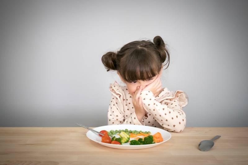 bambina che non vuole mangiare