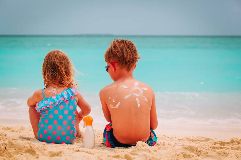 bambini con crema solare