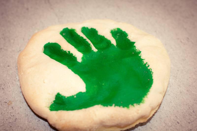 Impronta manina su pasta di sale
