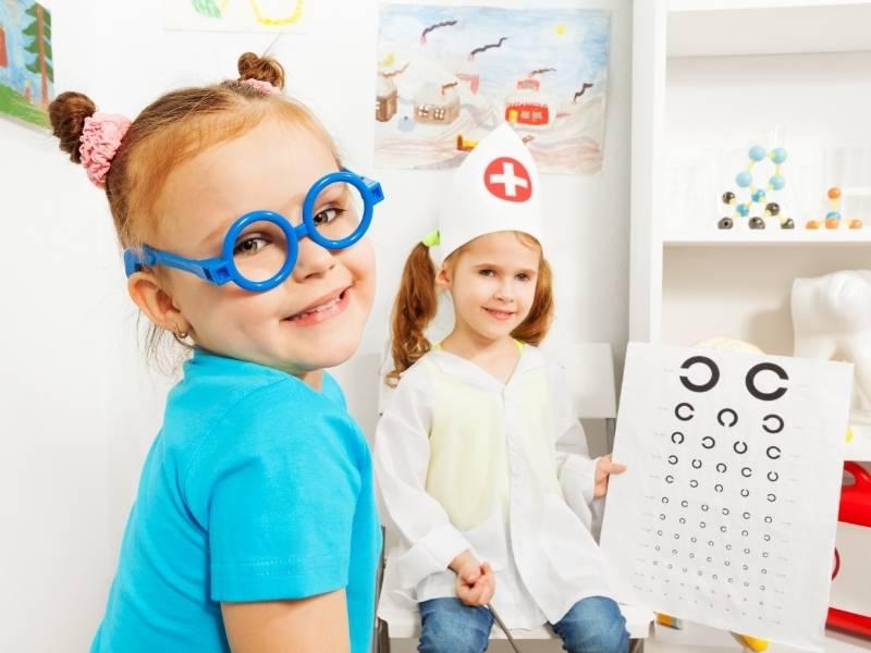Bambina con occhiali blu dall oculista