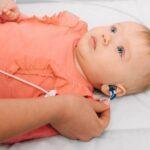 Pediatra verifica l'udito ad una bambina
