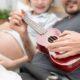 Papà suona la chitarra al pancione