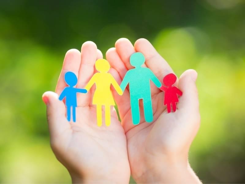 famiglia di carta in una mano