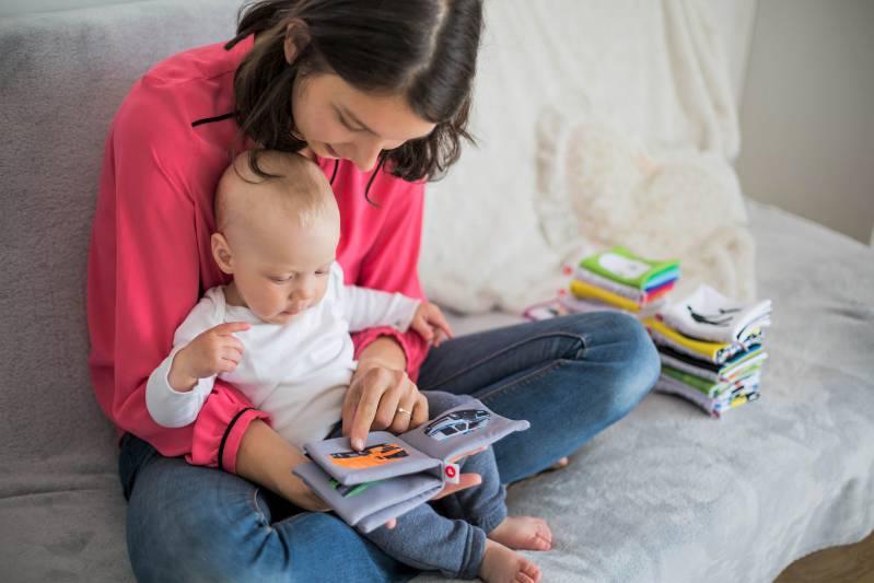 Mamma legge libro al bambino