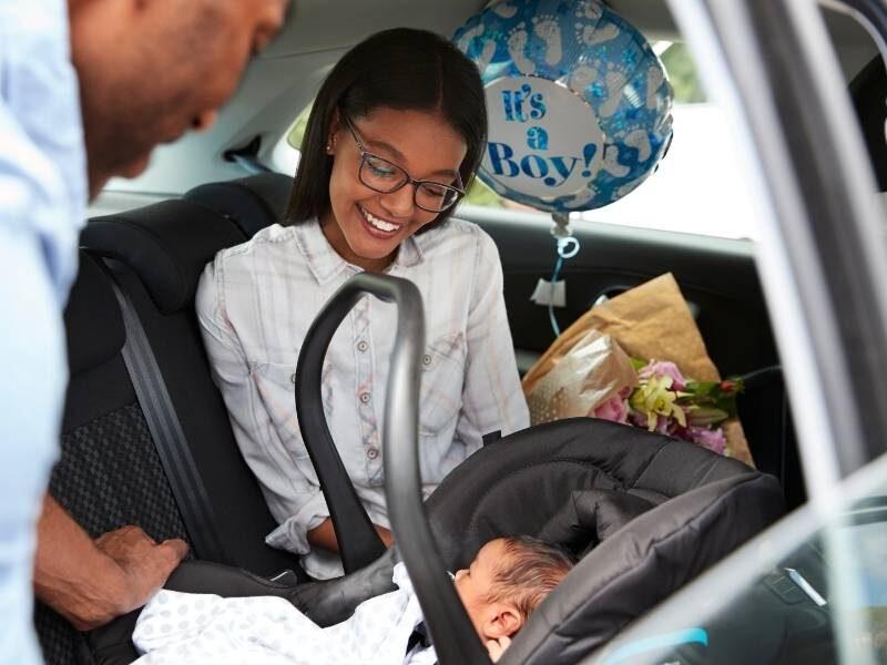 Genitori Portano neonato a casa