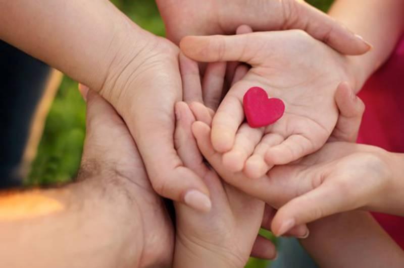Mani unite con cuore