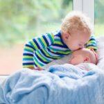 Primogenito bacia il fratellino