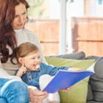 mamma e figlia che leggono libro