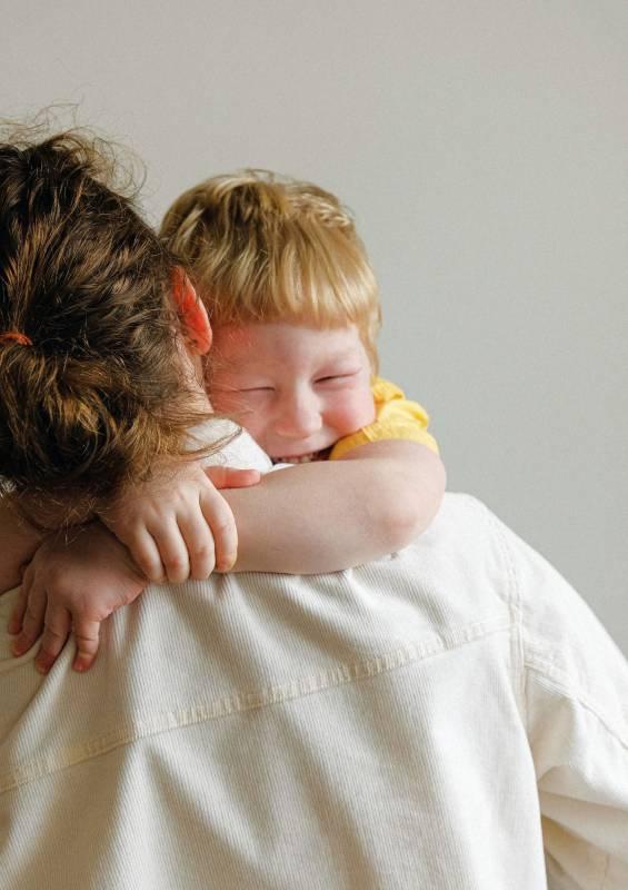 bambino abbraccia la mamma